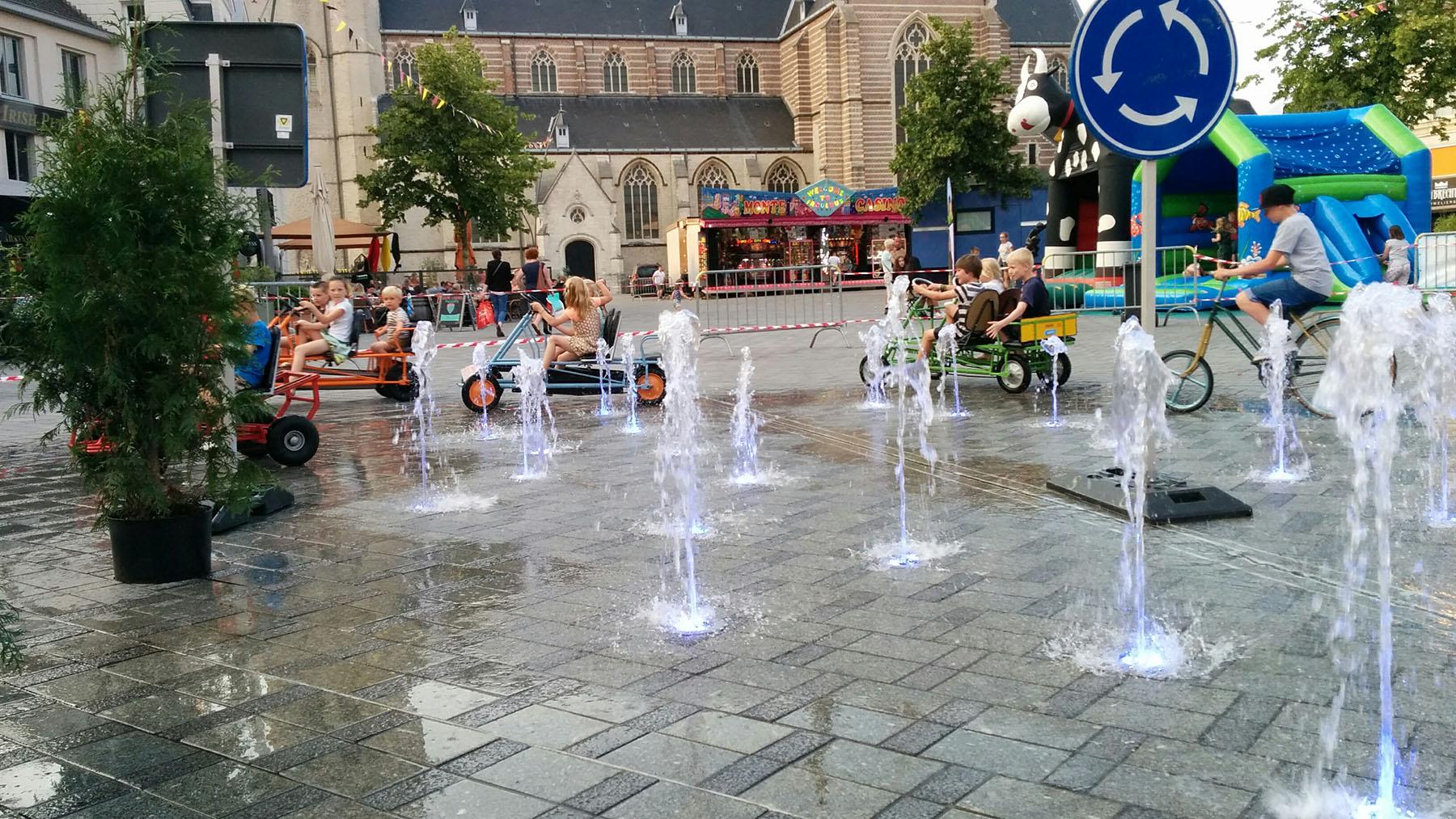 markt-geel-fontein-gekke-fietsen